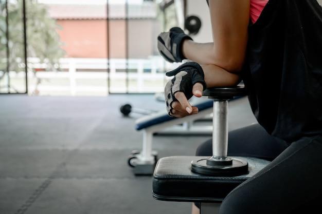 Athletische junge frau macht ein fitness-training mit hantel
