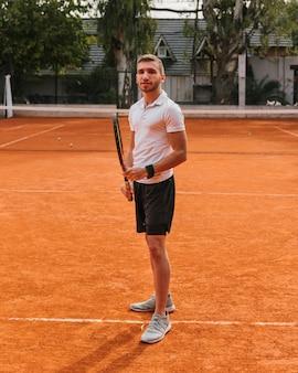 Athletische junge tennisspieleraufstellung