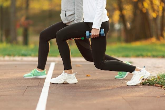 Athletische körper, die für training sich vorbereiten