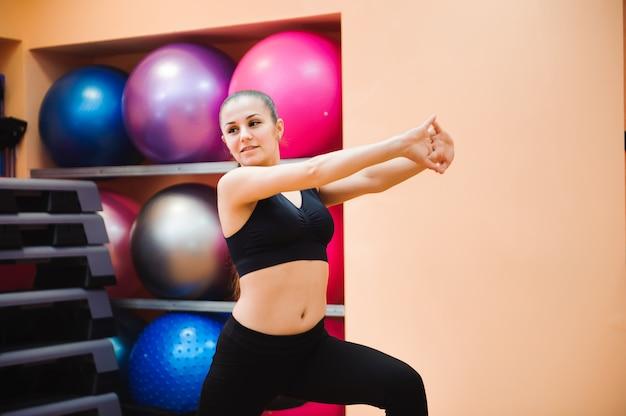 Athletischer frauentrainer, der aerobic-klasse mit steppern tut. sport- und gesundheitskonzept