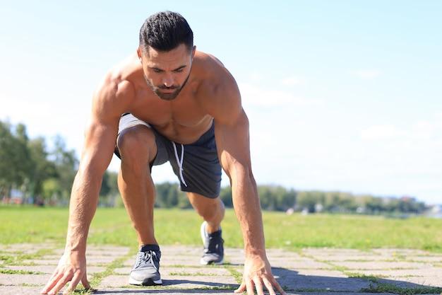 Athletischer junger mann, der in der natur läuft. konzept des gesunden lebensstils.