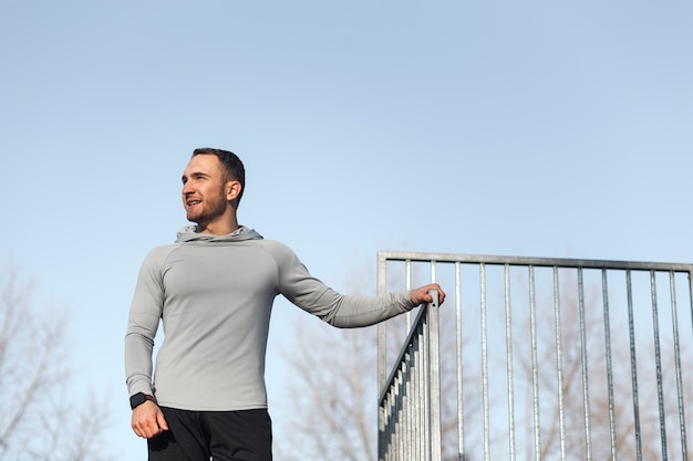 Athletischer junger mann, der mode aufwirft