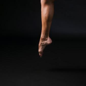 Athletischer mann, der auf zehe springt