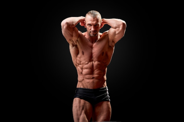 Athletischer mann, der aufwirft