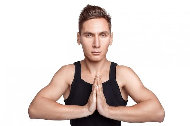 Athletischer mann, der eine yogahaltung tut
