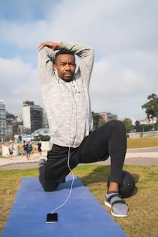 Athletischer mann, der übung am park tut.