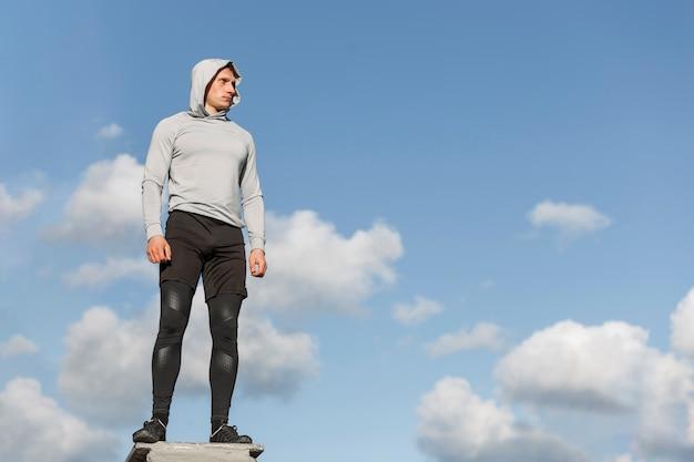 Athletischer mann der vorderansicht, der weg schaut