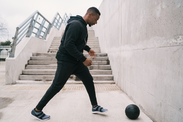 Athletischer mann, der wandballübung tut.