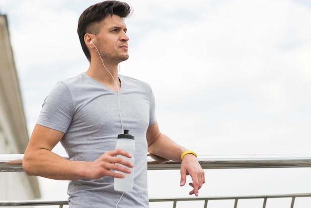 Athletischer mann, der zum joggen bereit macht