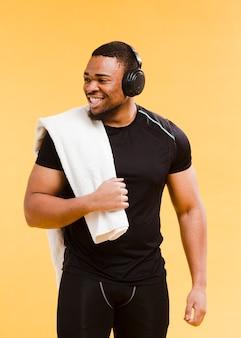 Athletischer mann des smiley in der turnhallenausstattung