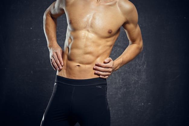 Athletischer mann mit aufgepumpter bauchmuskeltrainingsmotivation posiert