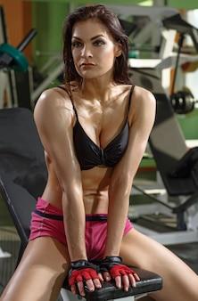 Athletisches mädchen, das nach training stillsteht