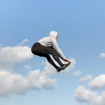 Athletisches mannspringen der seitenansicht