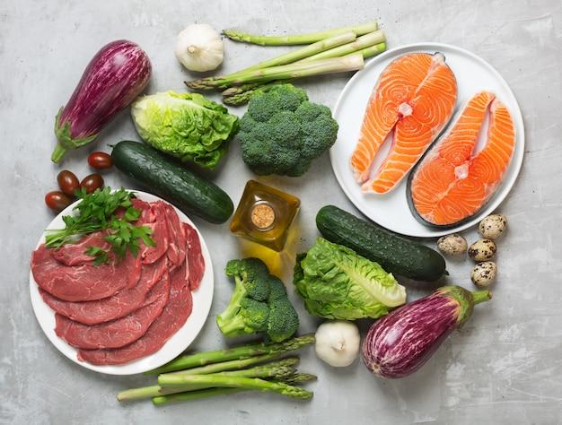 Atkins diät lebensmittelzutaten auf konkretem hintergrund, gesundheitskonzept, draufsicht, flache lage