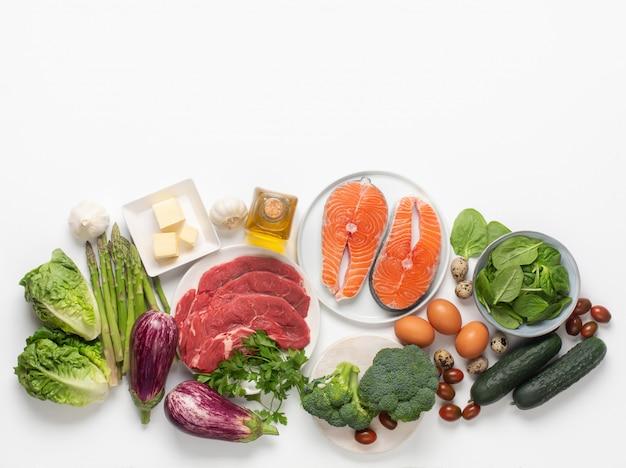 Atkins diät lebensmittelzutaten isoliert auf weiß, gesundheitskonzept, draufsicht mit kopienraum