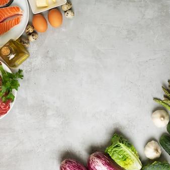 Atkins diätnahrungsmittelzutaten auf konkretem hintergrund, gesundheitskonzept, draufsicht mit kopienraum