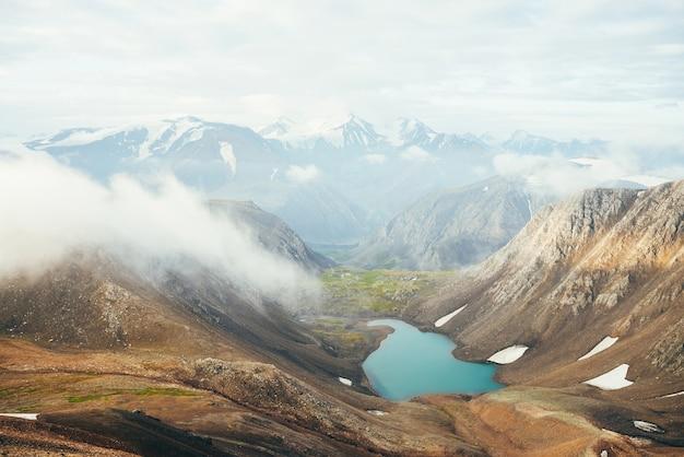 Atmosphärische alpenlandschaft zum schönen gletschersee im hochlandtal.