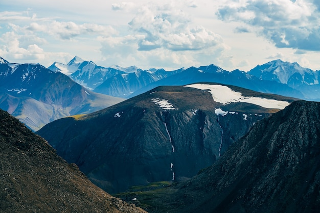 Atmosphärische alpine landschaft zu felsigen bergen mit gletscher
