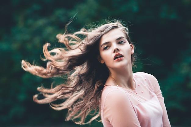 Atmosphärisches porträt der jungen schönen frau langes haar und lässiges make-up in der natur Premium Fotos