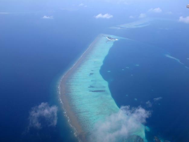 Atoll der malediven, der blick aus dem flugzeug