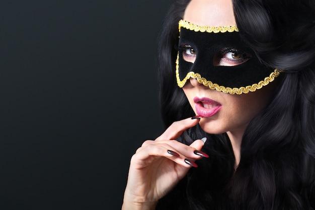 Atractive junge frau mit venedig-maske