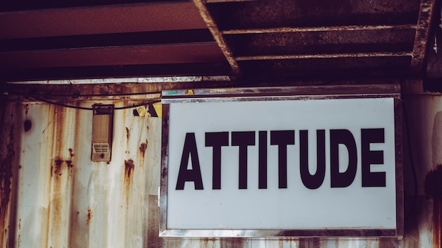 Attitude sign board an der grunge wand