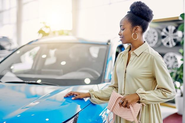 Attraktive afro-frau träumt von neuem auto