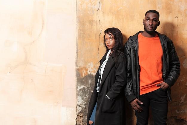 Attraktive afroamerikanische modelle mit kopienraum