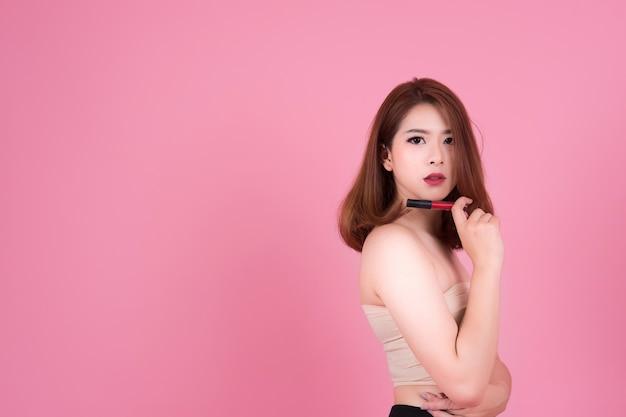 Attraktive asiatische frau schönheit isoliert über rosa hintergrund, mit copyspace, schönheit und mode-konzept
