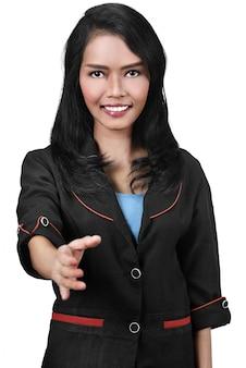 Attraktive asiatische geschäftsfrau, die einen händedruck anbietet