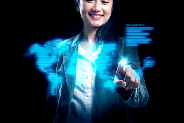 Attraktive asiatische geschäftsfrau, die geschäftsverbindung auf virtuellem schirm zeigt