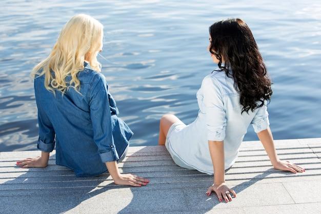 Attraktive beste freunde im freien