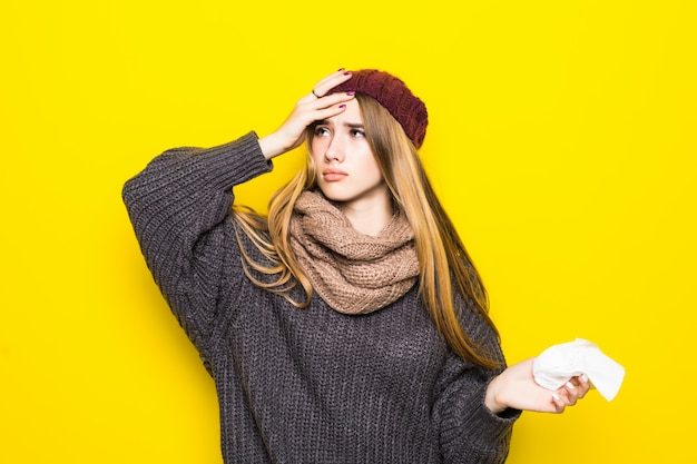 Attraktive blonde frau im warmen pullover haben kopfschmerzen und versuchen sich aufzuwärmen