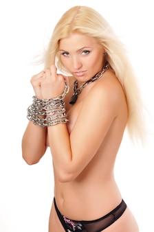 Attraktive blonde frau in silbernen ketten an den händen für bdsm