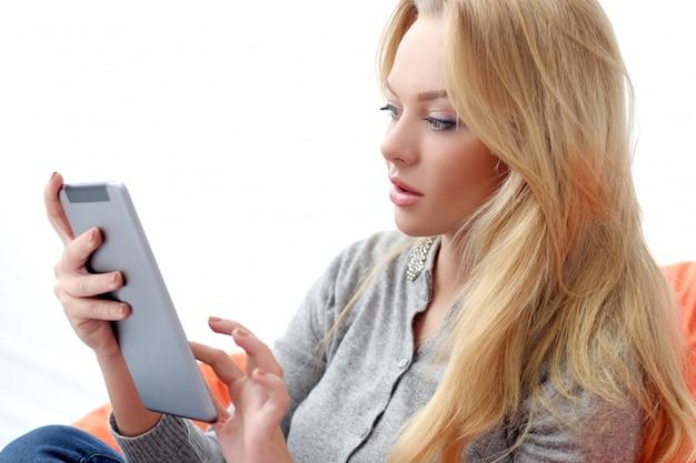 Attraktive blondine mit tablette