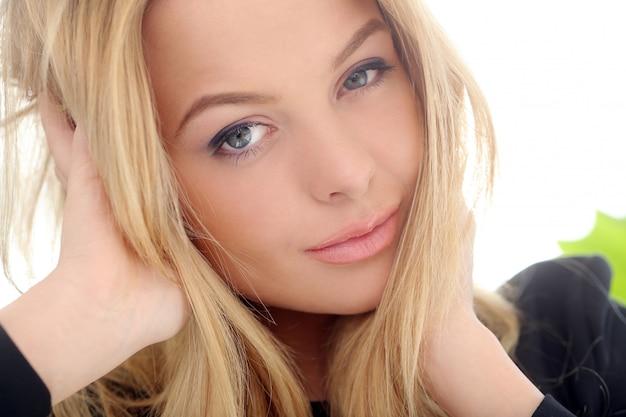 Attraktive blondine zu hause