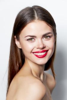 Attraktive brünette frau mit roten lippen