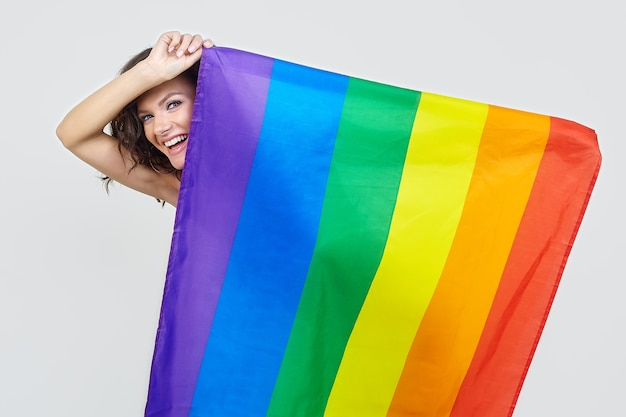 Attraktive brünette posiert mit der flagge des lgbt