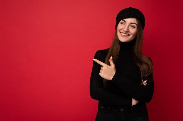 Attraktive emotionale positive freudige glückliche promotorin, die auf die seite am kopierraum für . zeigt