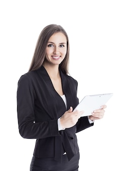 Attraktive, erfolgreiche geschäftsfrau, die die zusammenarbeit mit einem tablet erkundet