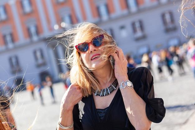 Attraktive erwachsene frau spricht am telefon