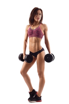 Attraktive fitnessfrau mit hanteln