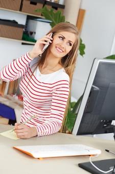 Attraktive frau bei der arbeit
