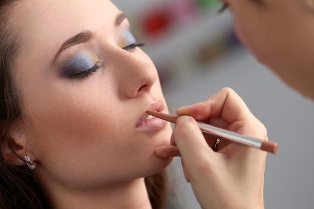 Attraktive frau beim make-up