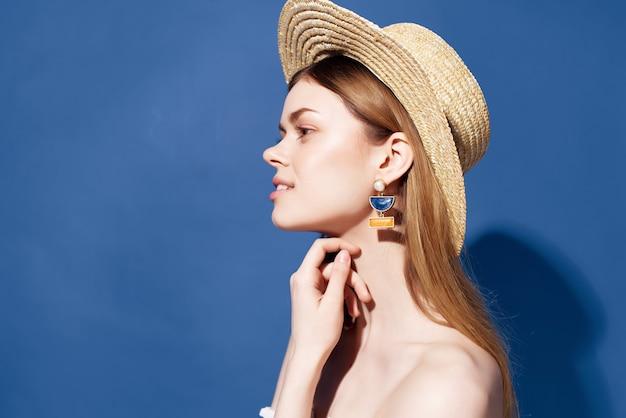 Attraktive frau bezaubernder blick exotischer glamour-blauer hintergrund