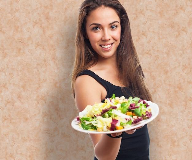 Attraktive frau bietet essen