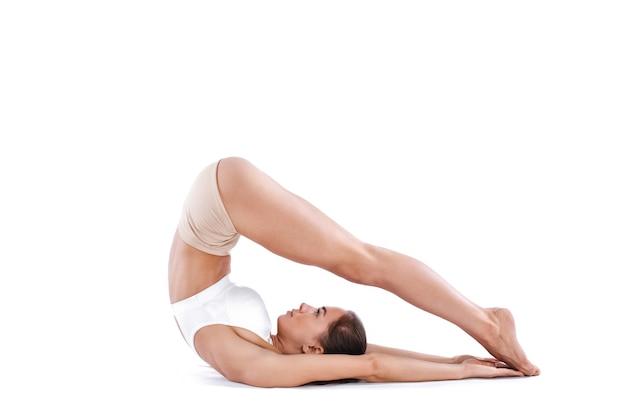 Attraktive frau, die dehnübungen macht. gesunder lebensstil und sportkonzept. reihe von übungsposen. auf weiß isoliert.