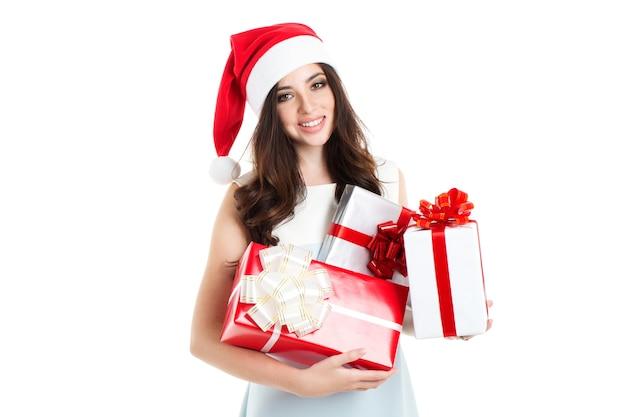 Attraktive frau, die ein geschenk lokalisiert hält. konzept des verkaufs und des weihnachtseinkaufs.