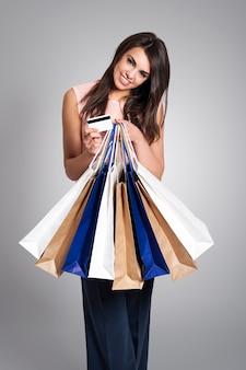 Attraktive frau, die einkaufszeit liebt