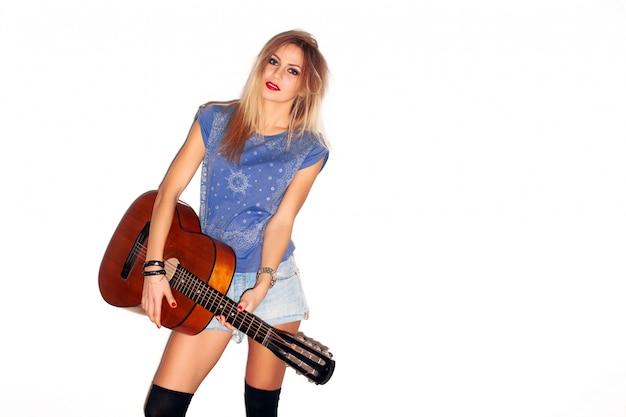 Attraktive frau, die gitarre zu spielen